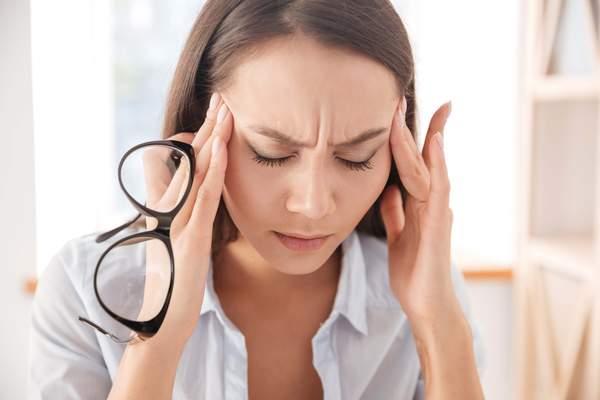 Frau mit Kopfschmerzen - Symptom der Histaminintoleranz
