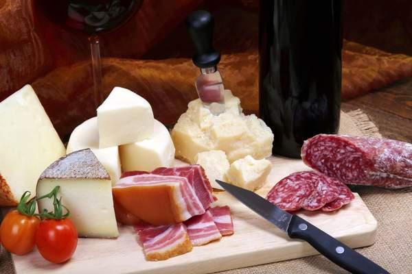 Wurst, Käse, Rotwein mit viel Histamin