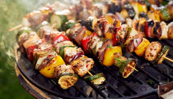 Fleisch-Gemüsespiesse auf dem Grill